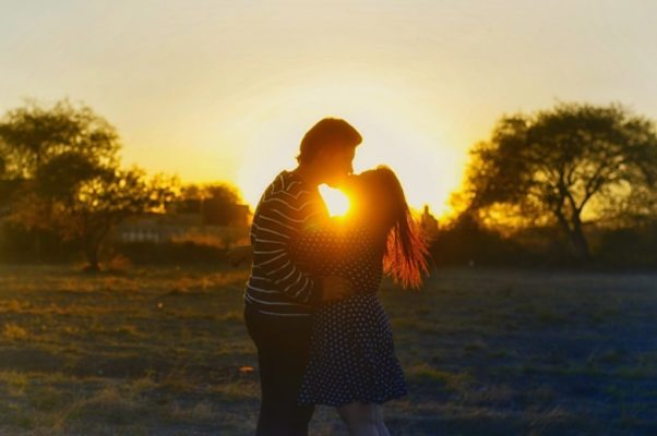 Le bon comportement pour embrasser une fille